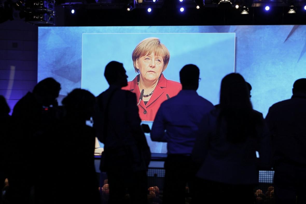 Merkelová na frankfurtském autosalonu