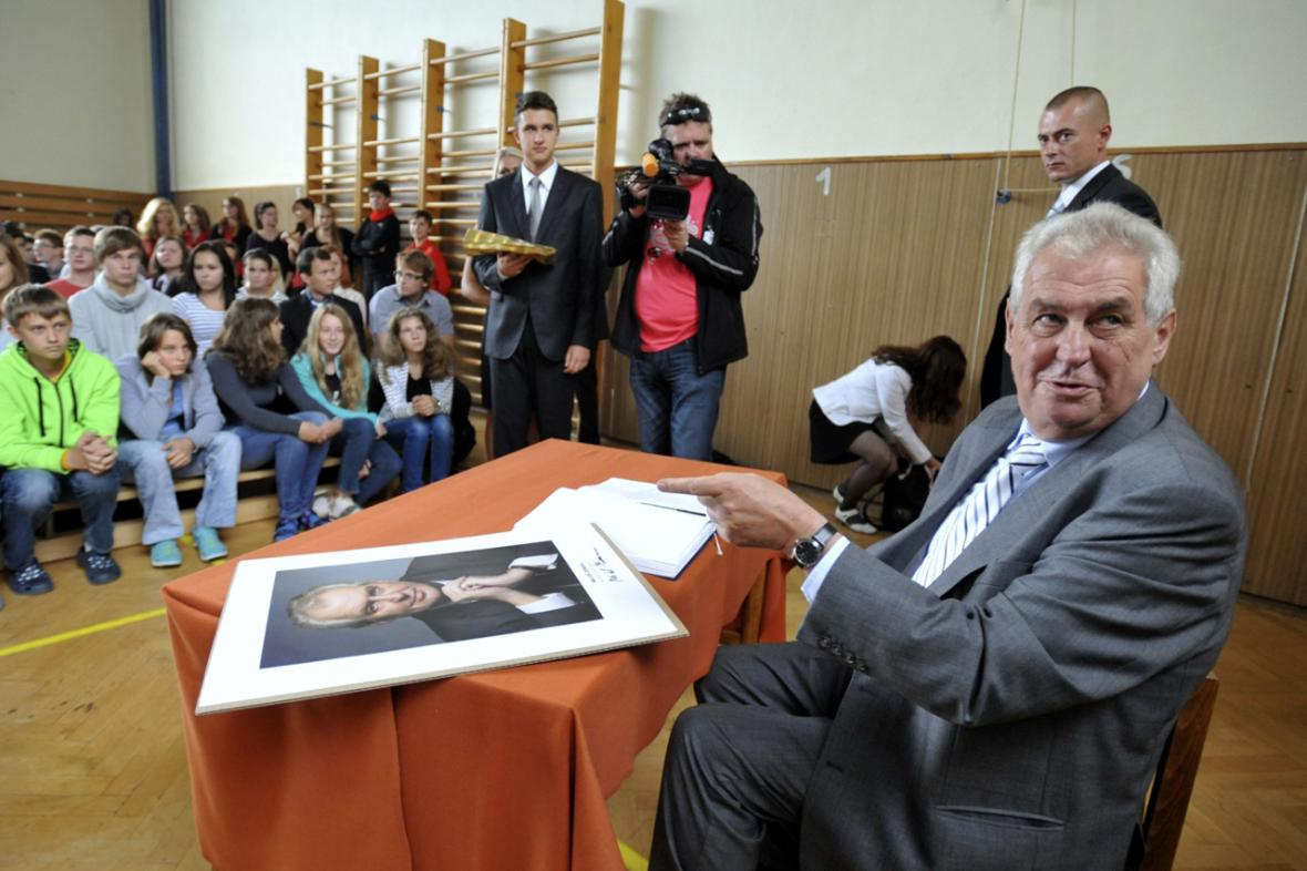 Prezident Miloš Zeman se studenty
