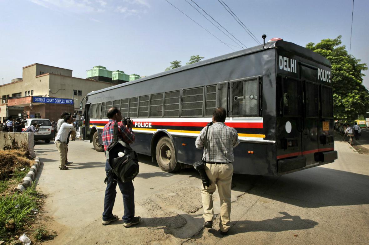 Policejní autobus převáží čtveřici mužů obviněných ze znásilnění