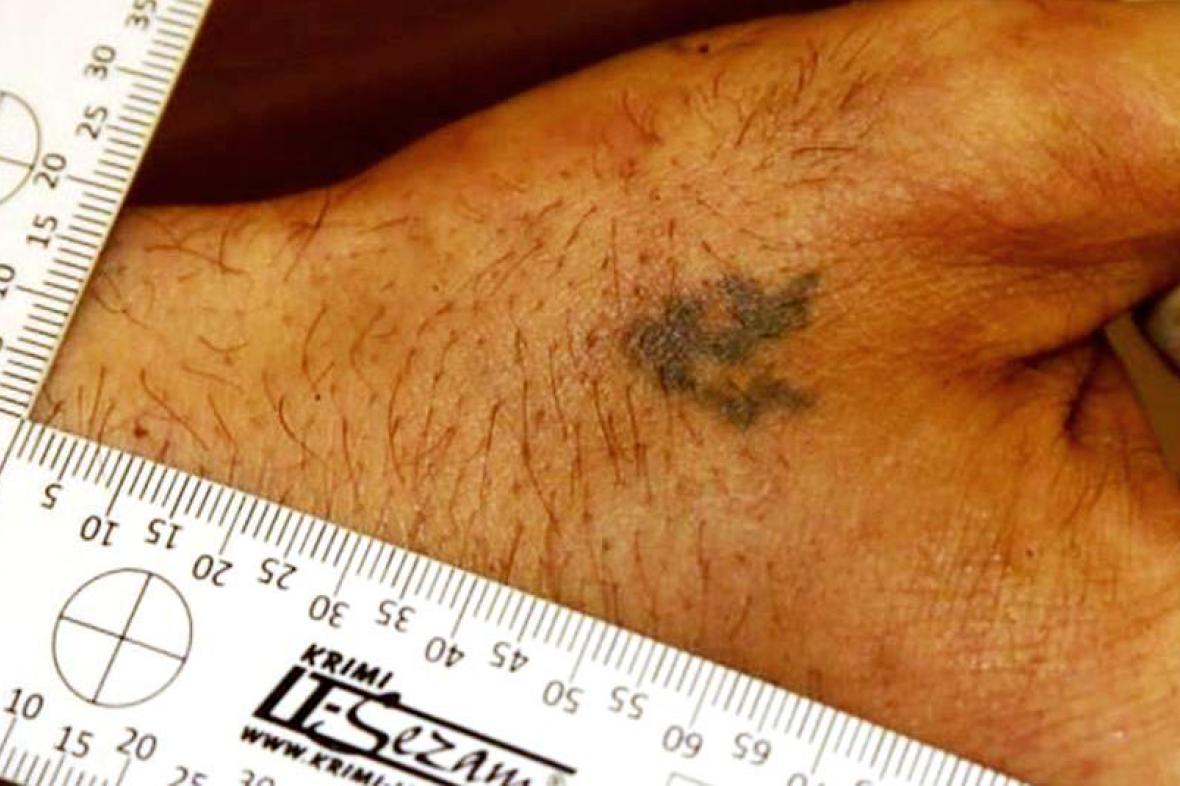 Tetování na ruce zavražděného