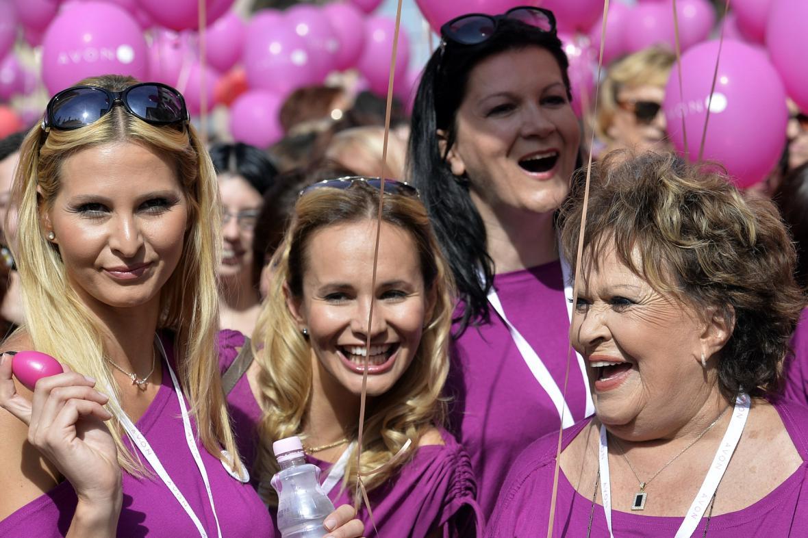 Ivana Gottová, Monika Absolonová a Jiřina Bohdalová v čele pochodu