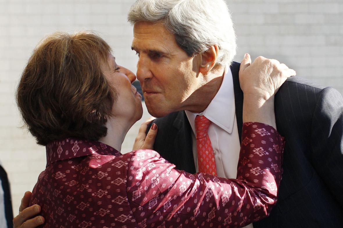 Catherine Ashtonová a John Kerry