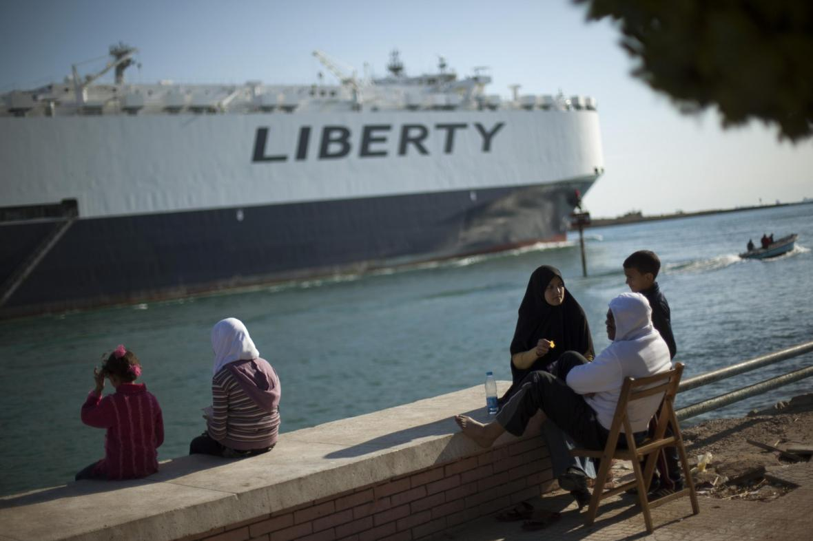 Nákladní loď v Suezském průplavu