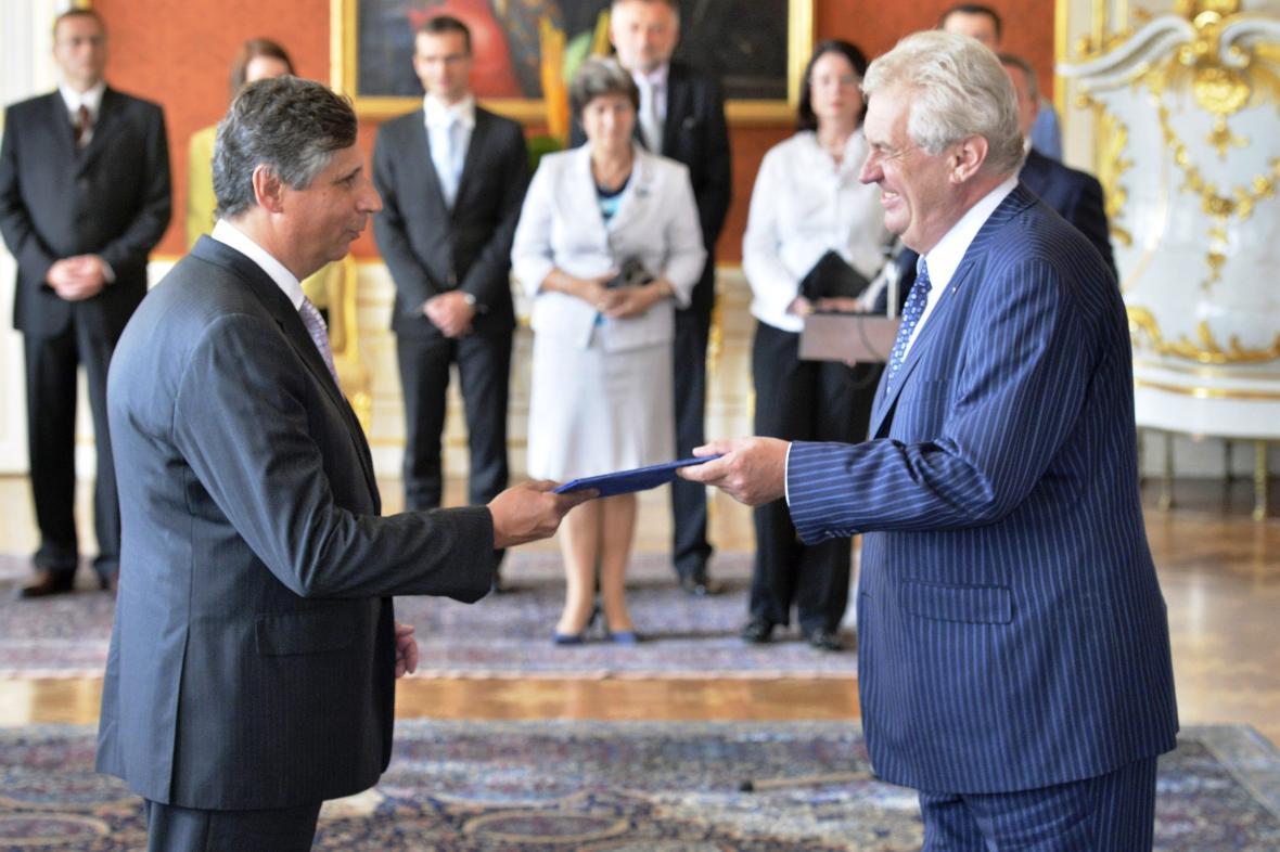 Miloš Zeman jmenuje Jana Fischera ministrem