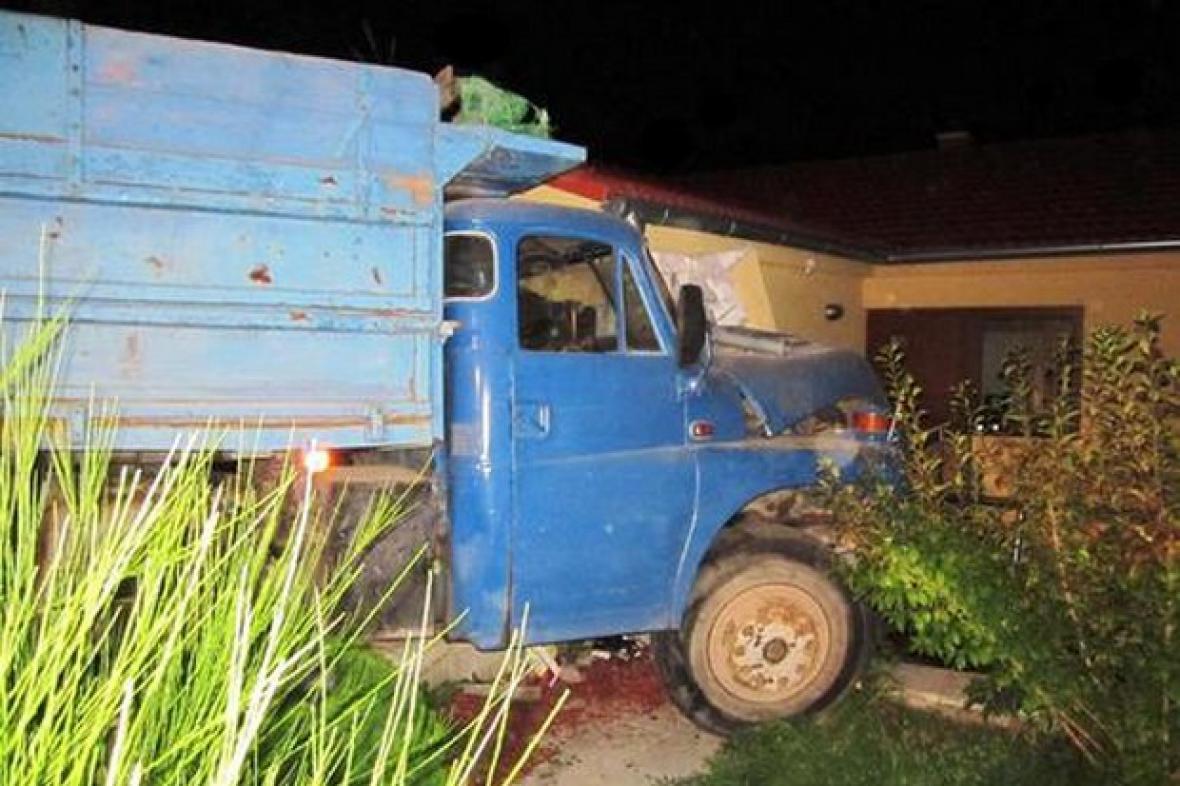 Nákladní auto havarovalo do garáže domku
