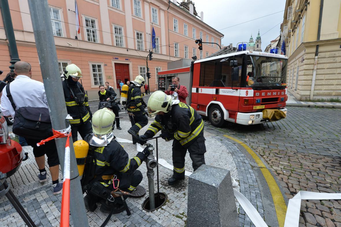 Cvičení hasičů v Českém muzeu hudby na Malé Straně