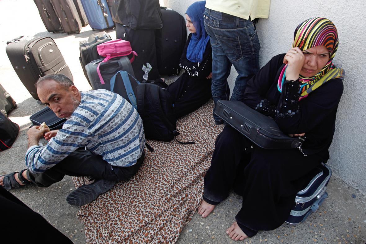 Palestinci čekající na přechodu v Rafáhu