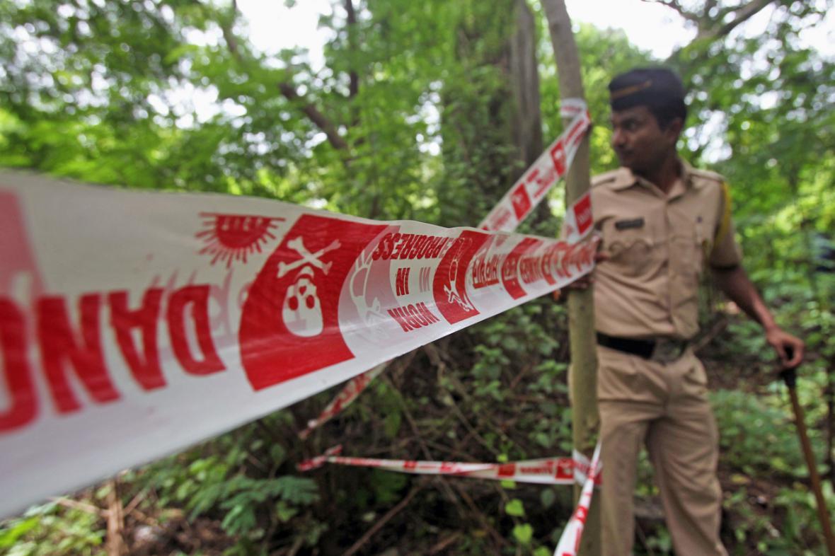 Indická policie na místě, kde hromadně znásilnili mladou fotoreportérku