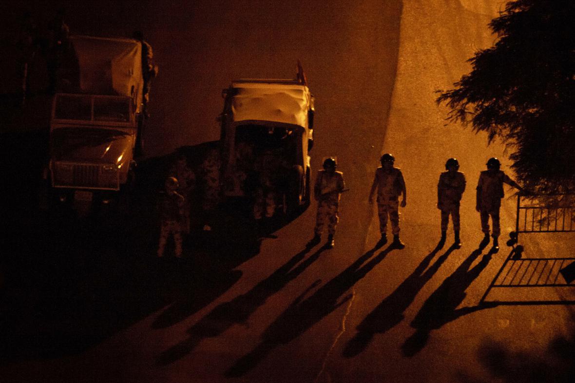 Egyptští vojáci na kontrolním stanovišti v Káhiře