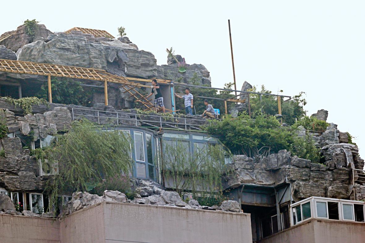 Začala demolice vily na střeše pekingského paneláku