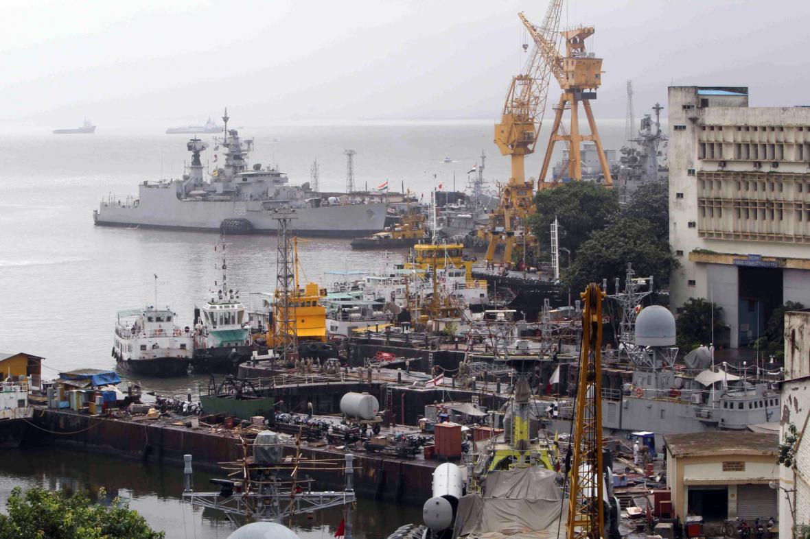 V přístavu v Bombaji explodovala ponorka