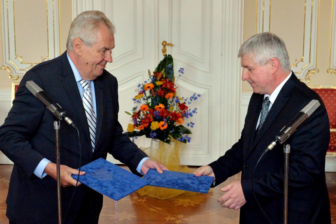 Jiří Rusnok předává demisi vlády Miloši Zemanovi