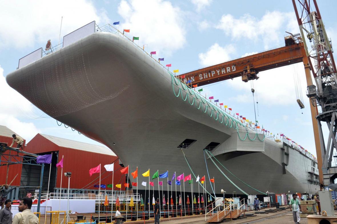 Indie spustila na vodu letadlovou loď vlastní výroby