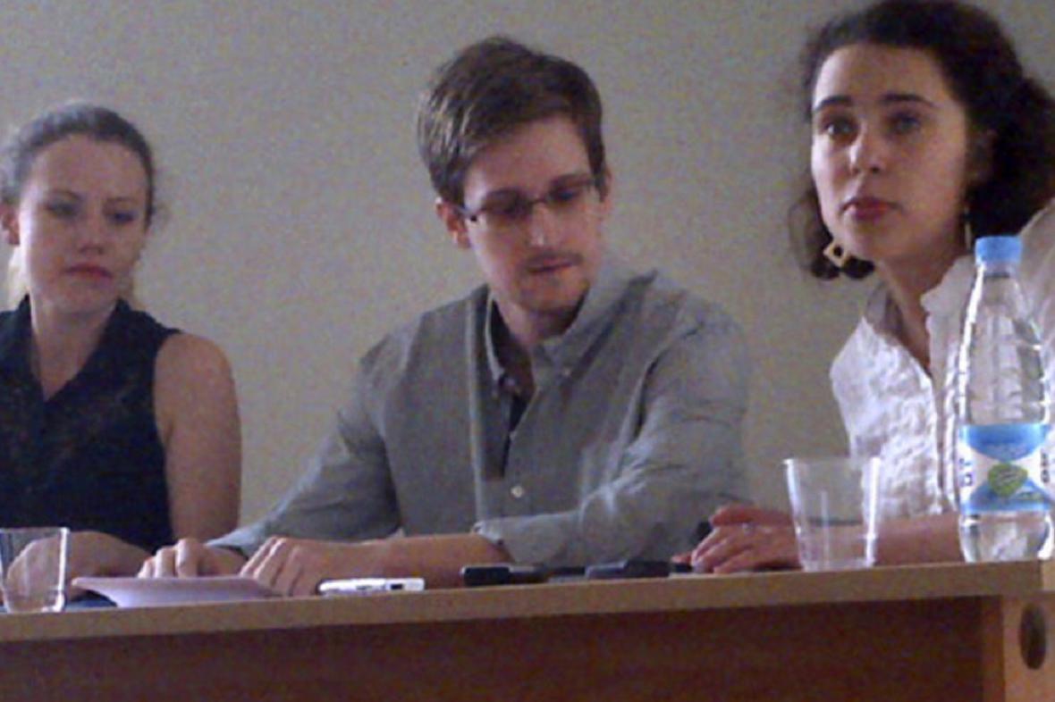 Edward Snowden (uprostřed)