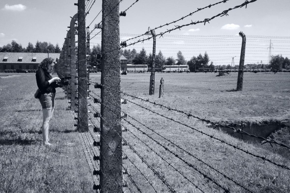 Studenti natáčeli v Osvětimi o romském holocaustu
