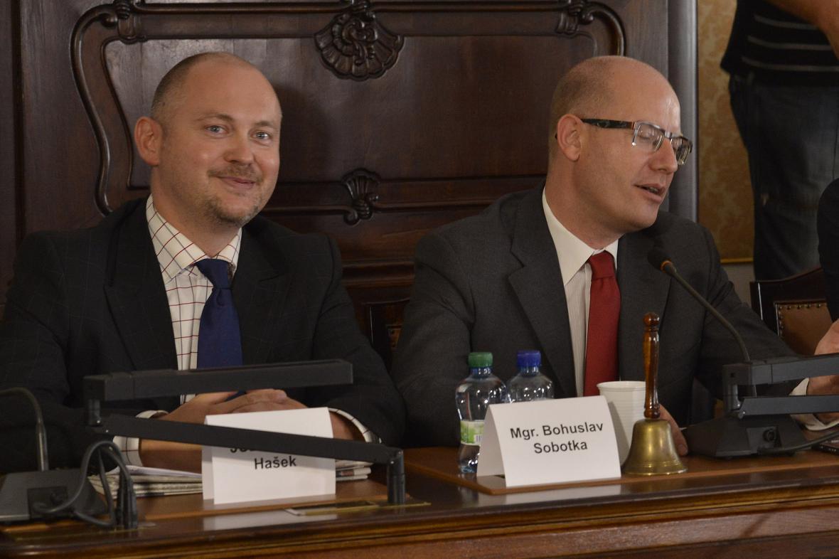 Michal Hašek a Bohuslav Sobotka při jednání předsednictva ČSSD