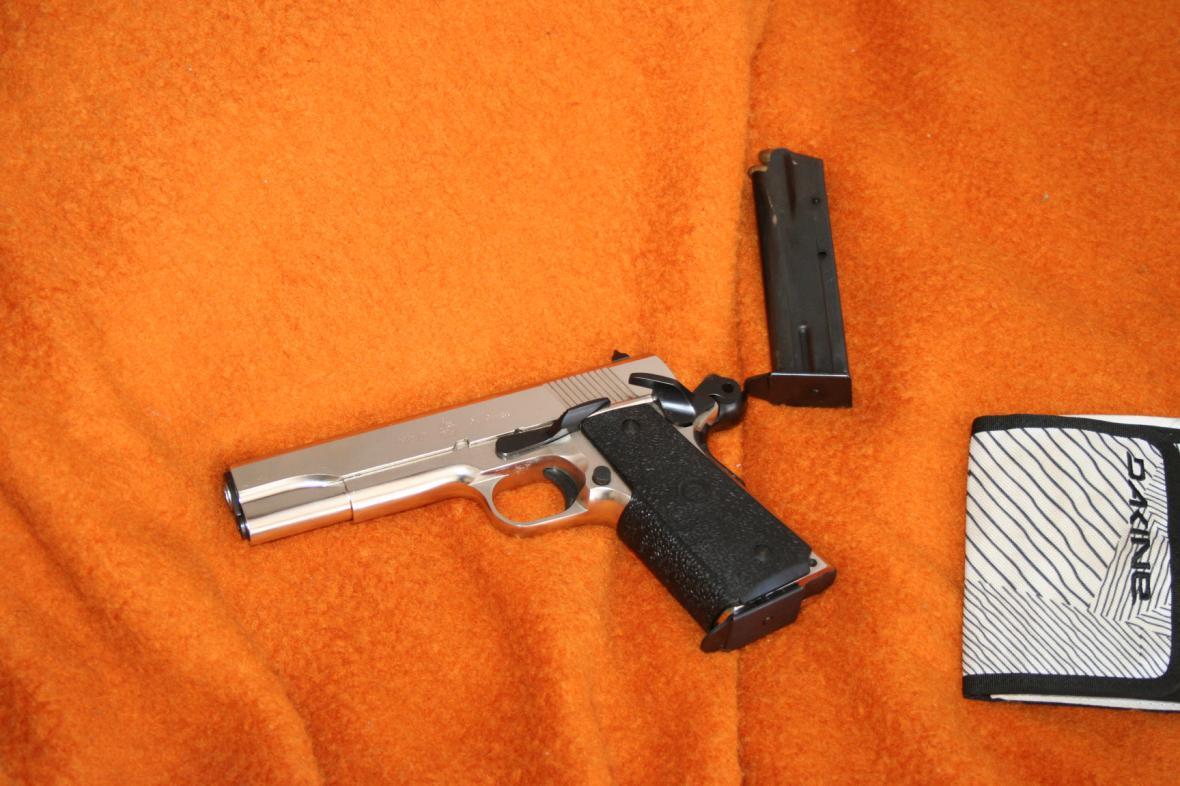 Zloděj na útěku měl u sebe odcizenou zbraň
