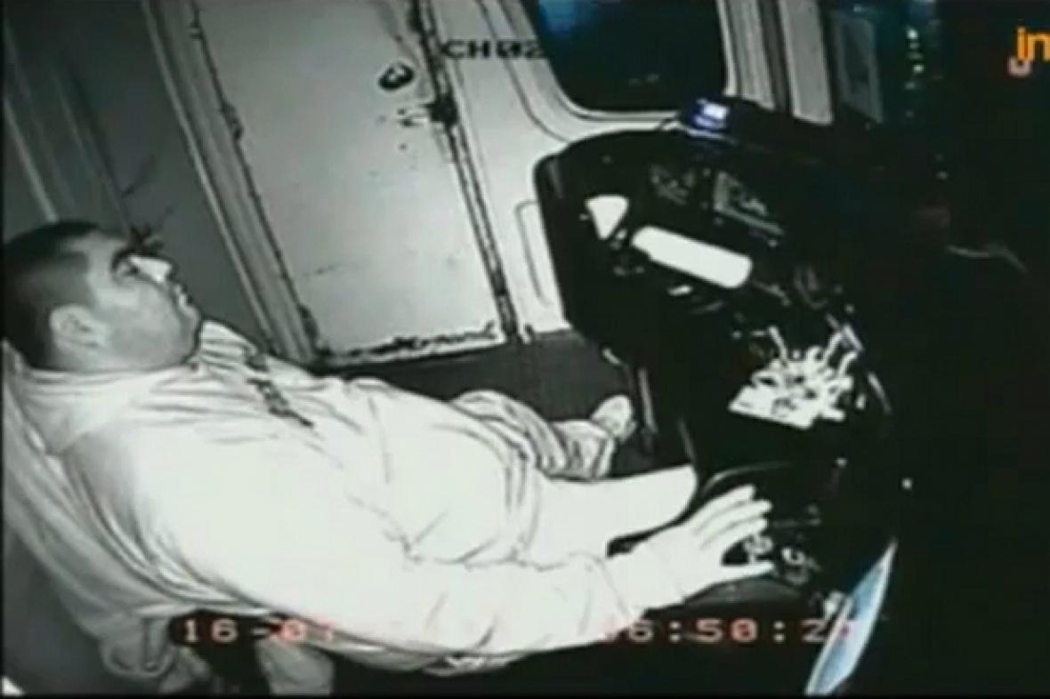 Argentinský strojvůdce si během jízdy i pospí