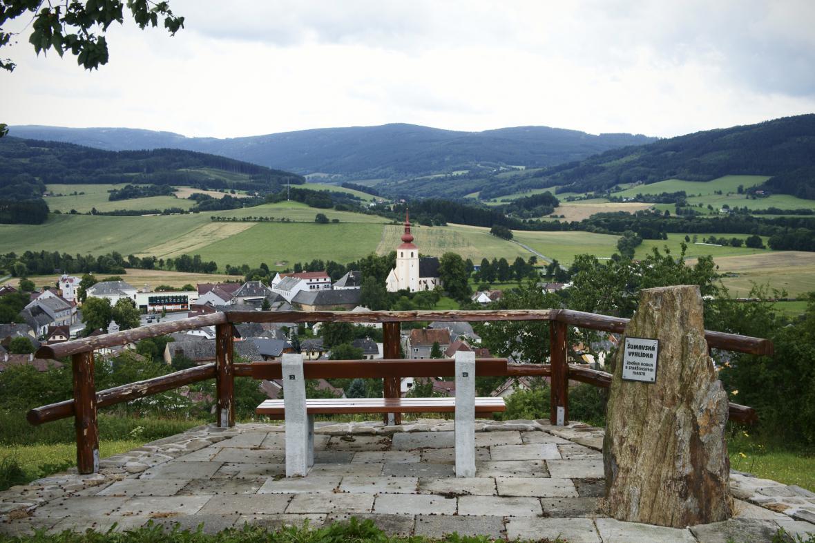 Pohled na Strážov z Šumavské vyhlídky Zdeňka Hodka a Strážovských turistů