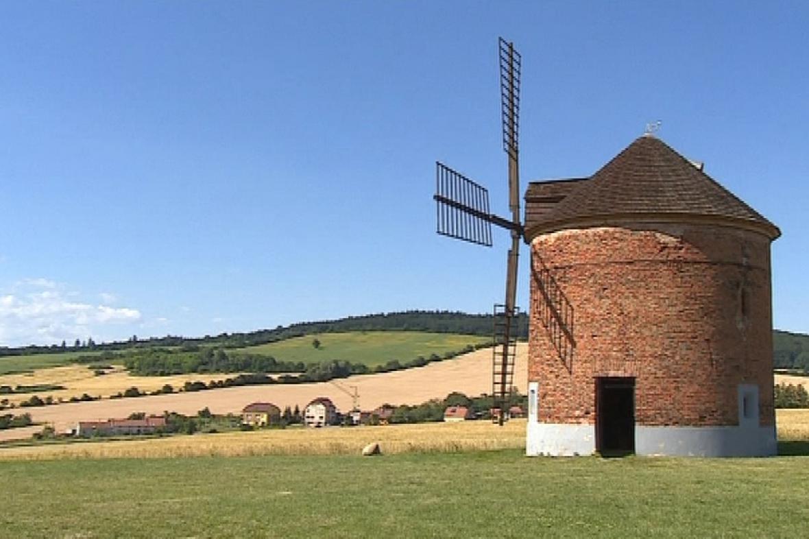 Větrný mlýn je dominantou Chvalkovic