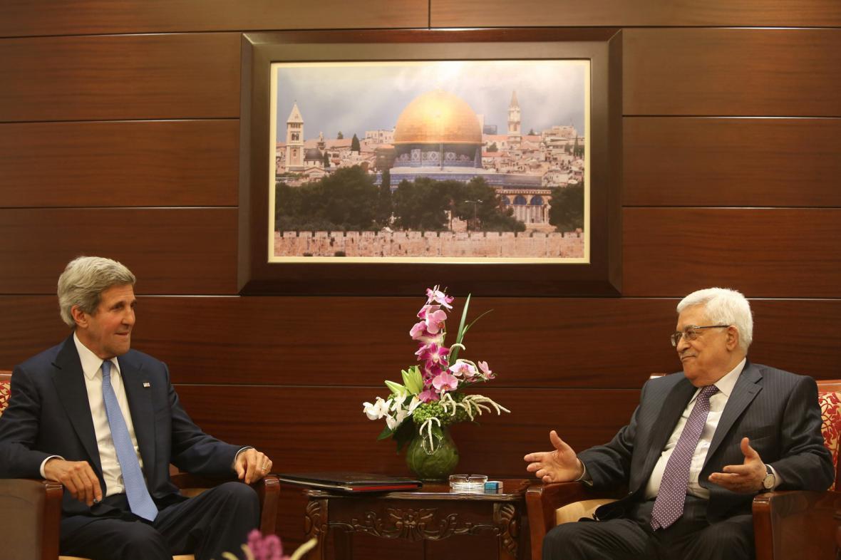 John Kerry a Mahmúd Abbás