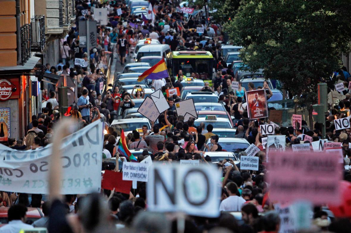 Demonstranti protestovali proti premiéru Rajoyovi