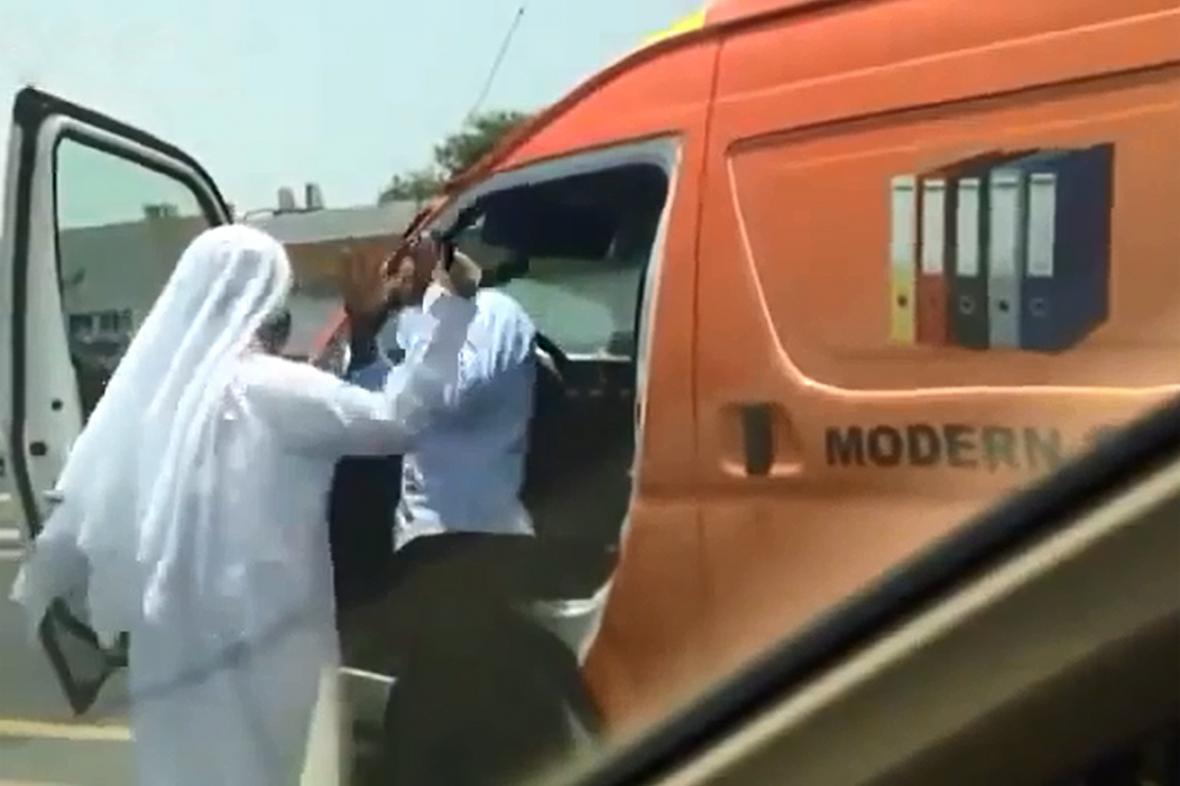 Dubajský úředník bije Inda agálem