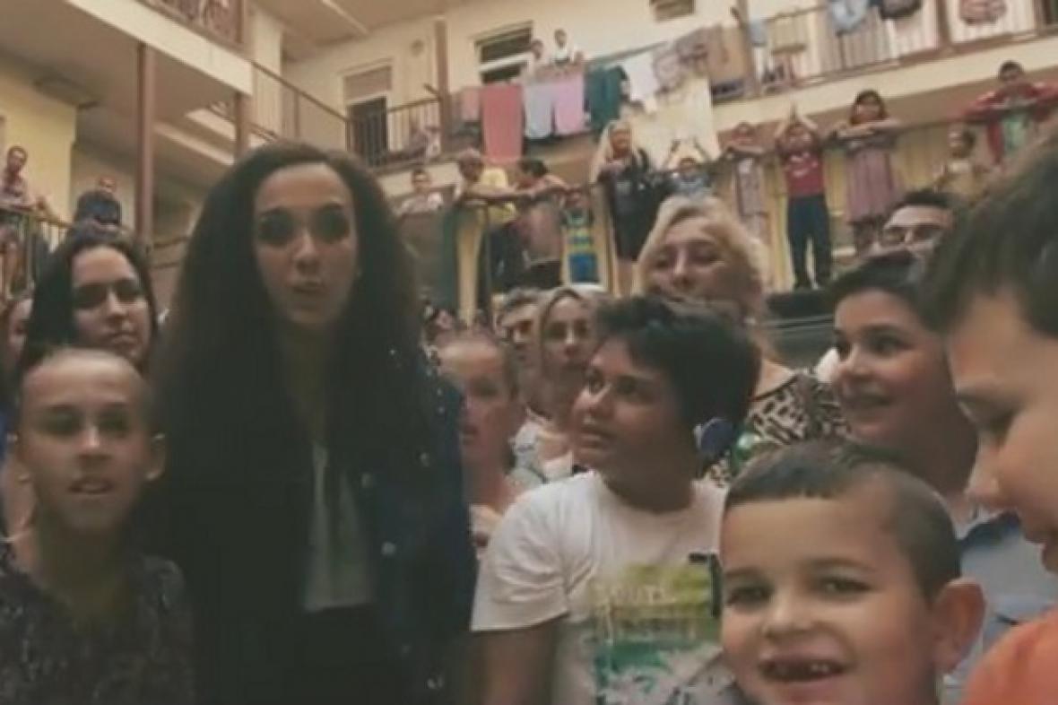 Mária Bikárová ve videoklipu Tohle je Brno