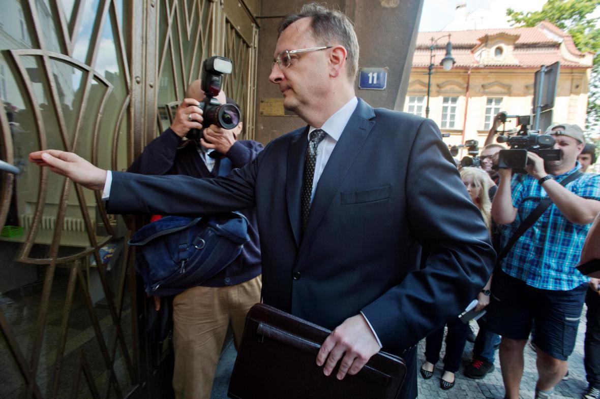 Expremiér Petr Nečas přichází na policii