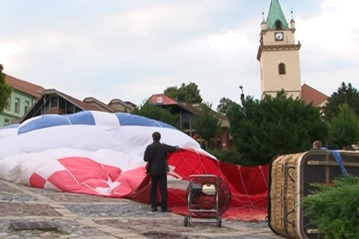 Start balónu z tišnovského náměstí