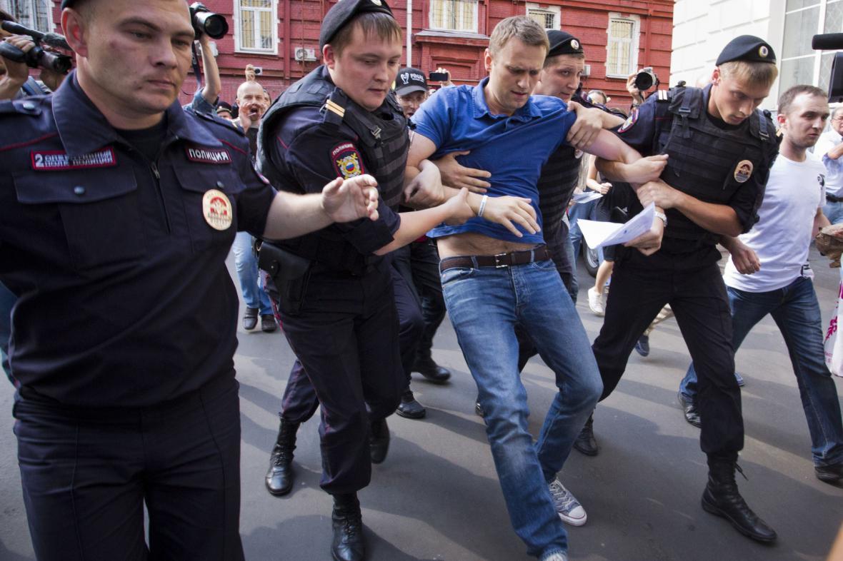 Policisté odvádějí Alexeje Navalného