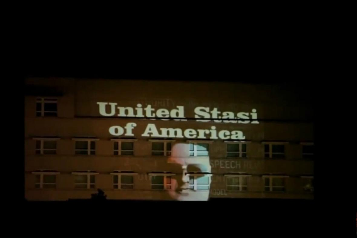 Světelný nápis na americké ambasádě v Berlíně