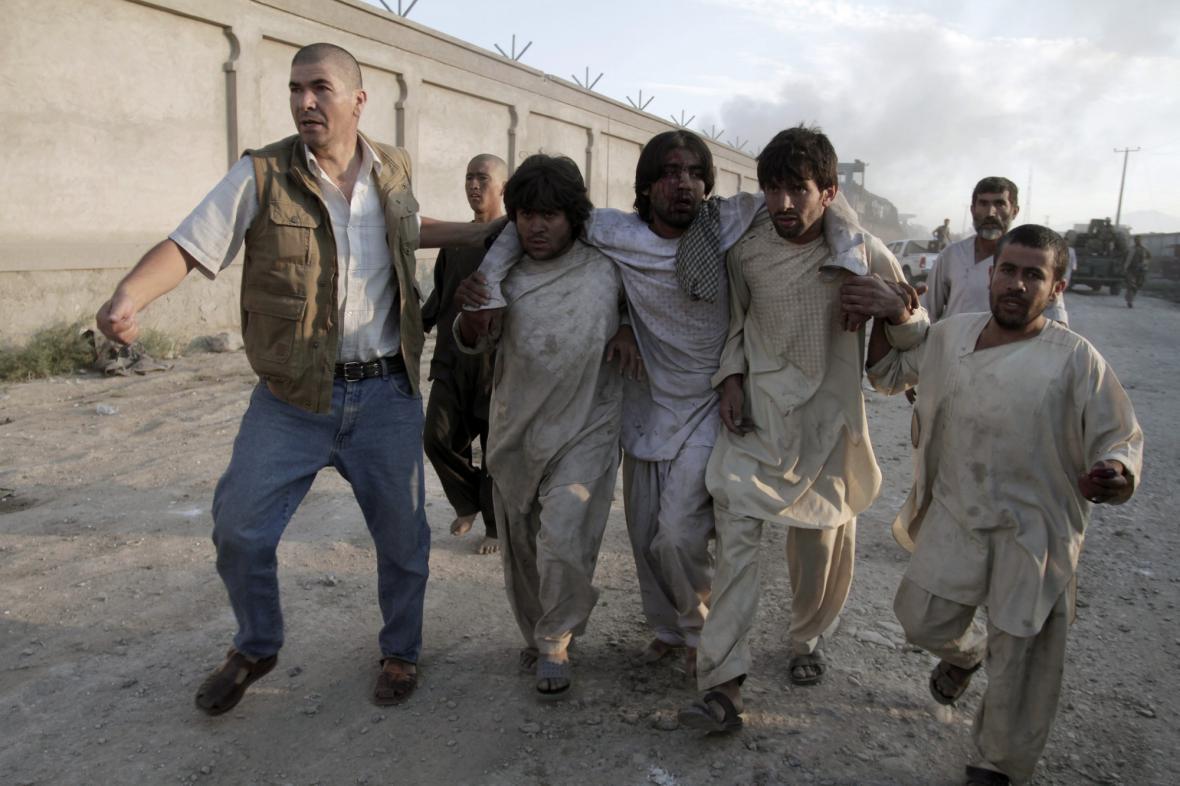 Zraněný muž po bombovém útoku na sídlo NATO v Kábulu