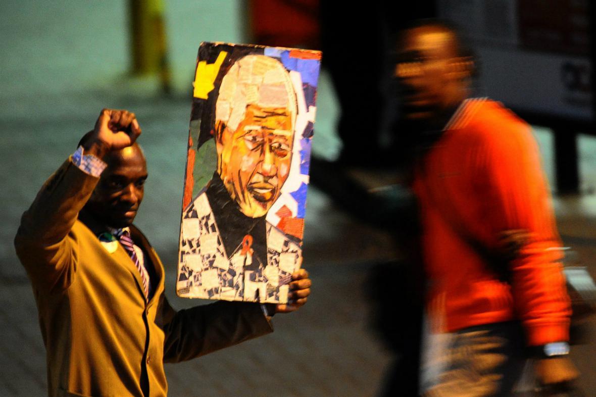 Příznivci Nelsona Mandely čekají na zprávy o jeho zdravotním stavu
