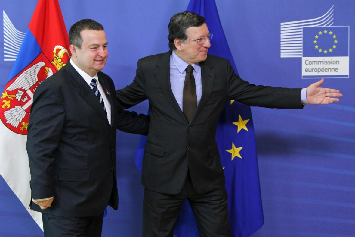 Srbský premiér Ivica Dačić a José Barroso na summitu v Bruselu