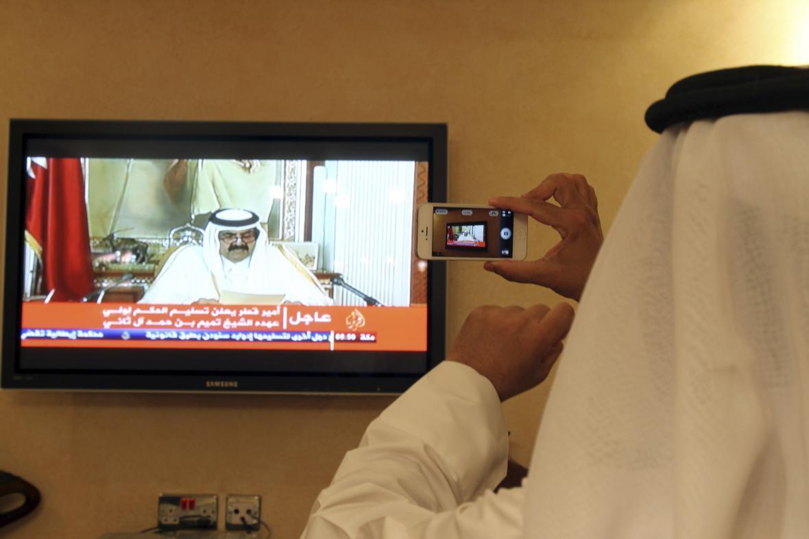 Katarský emír oznamuje rezignaci