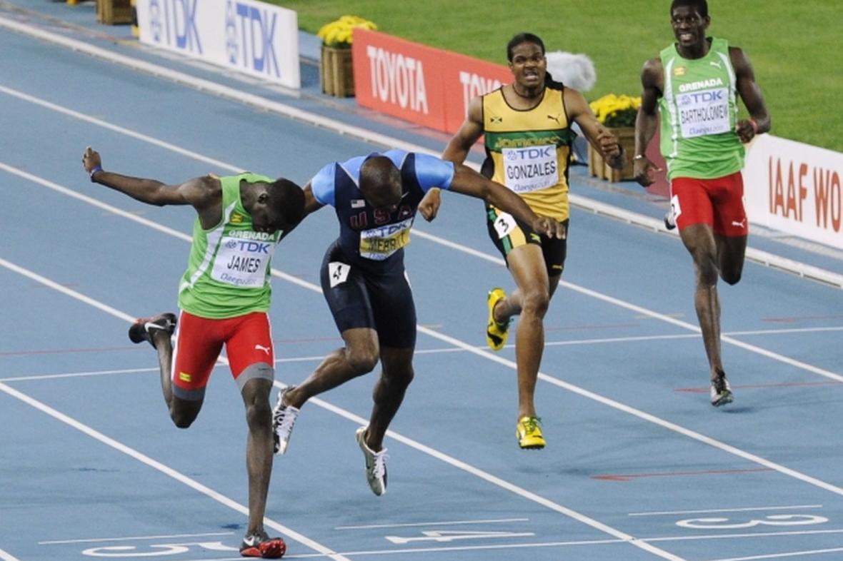Kirani James (vlevo) ve finiši běhu na 400 m