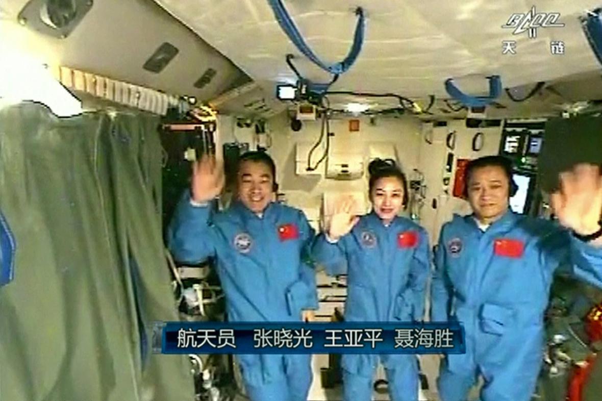 Posádka Šen-čou 10 při vesmírné přednášce