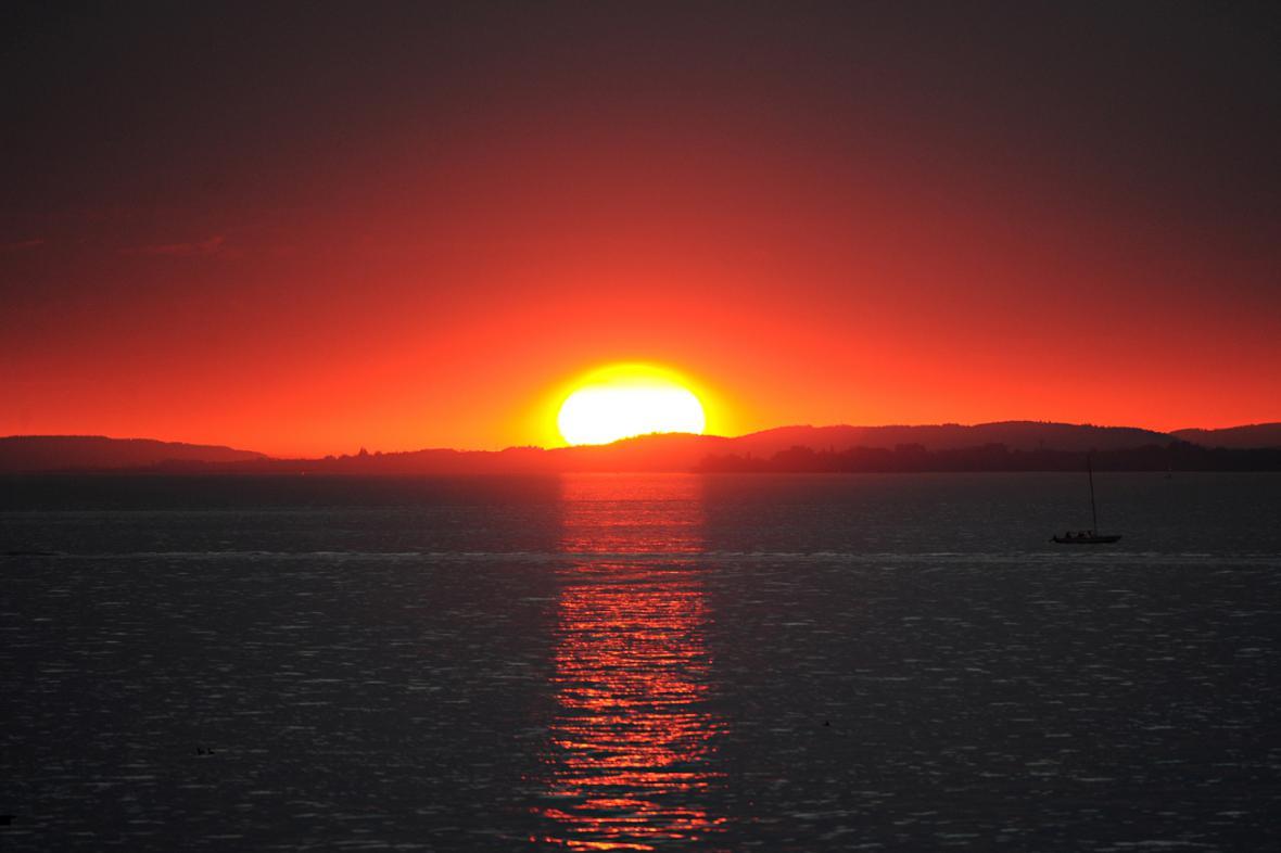 Západ slunce nad Bodamským jezerem v Bregenzi
