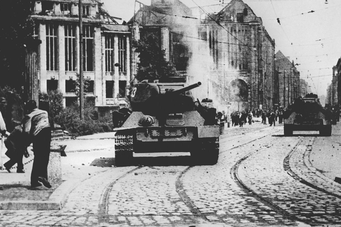 Sovětský tank v ulicích Berlína, 1953