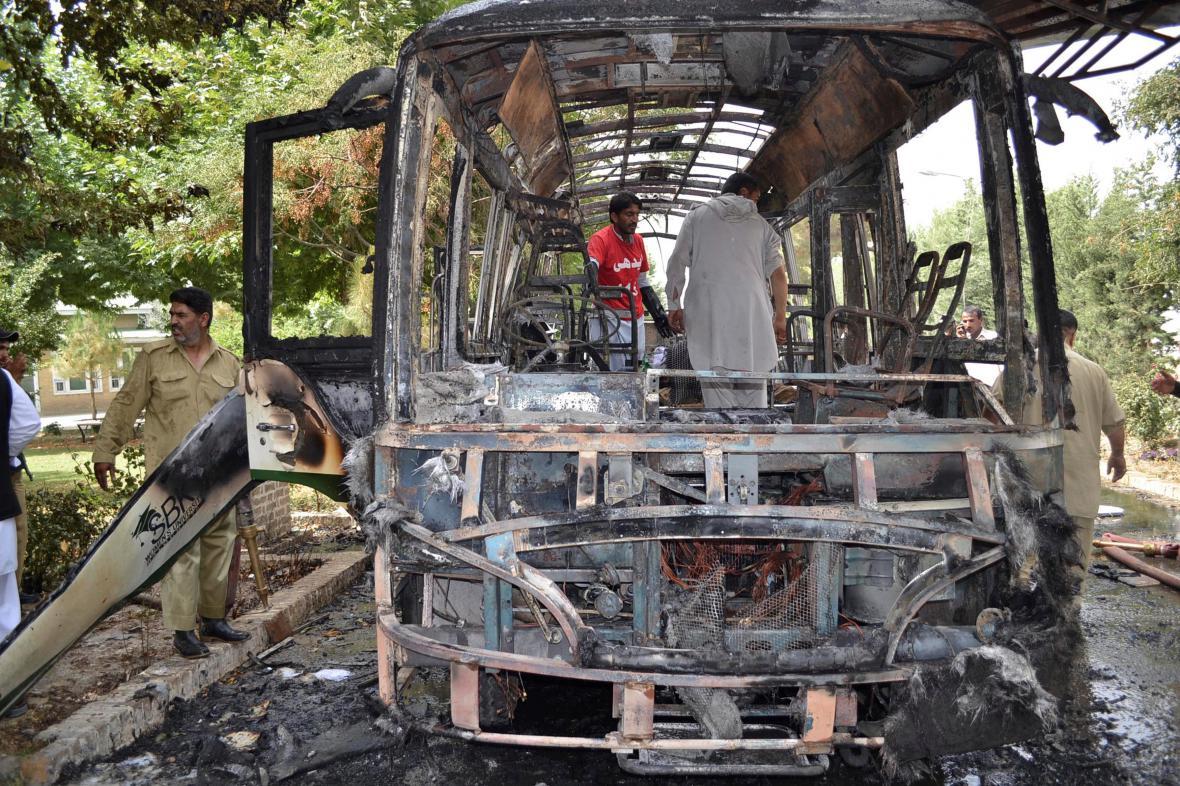 Autobus v Kvétě po explozi bomby