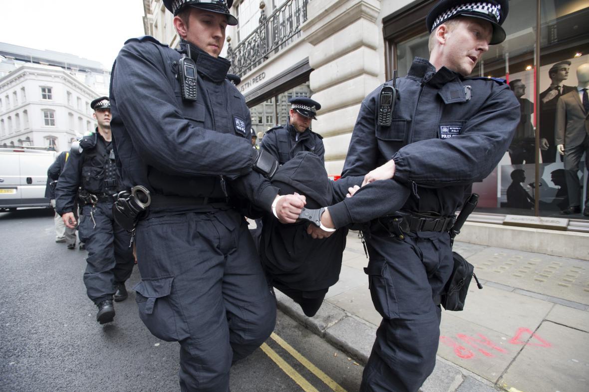 Policie zatýká odpůrce summitu G8