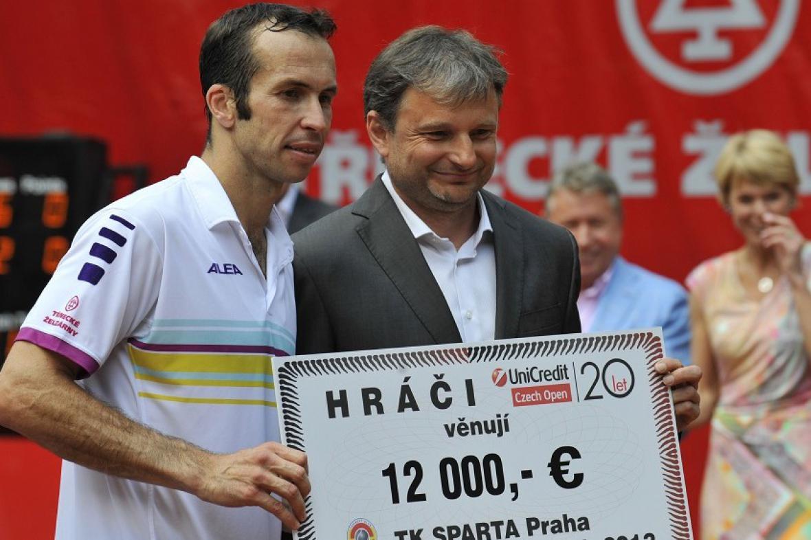 Radek Štěpánek předal šek pro tenisovou Spartu šéftrenérovi Davidu Kunstovi