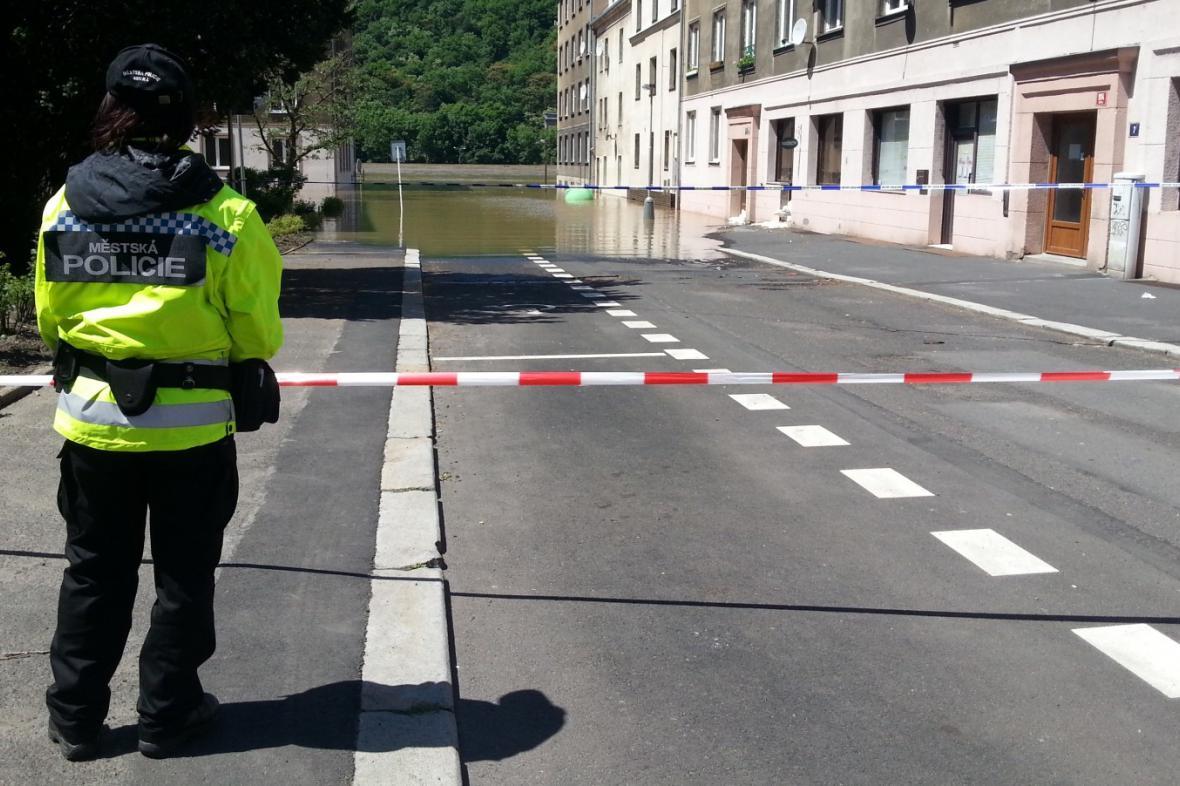 Policie kontroluje zaplavená místa a informuje o uzavírkách