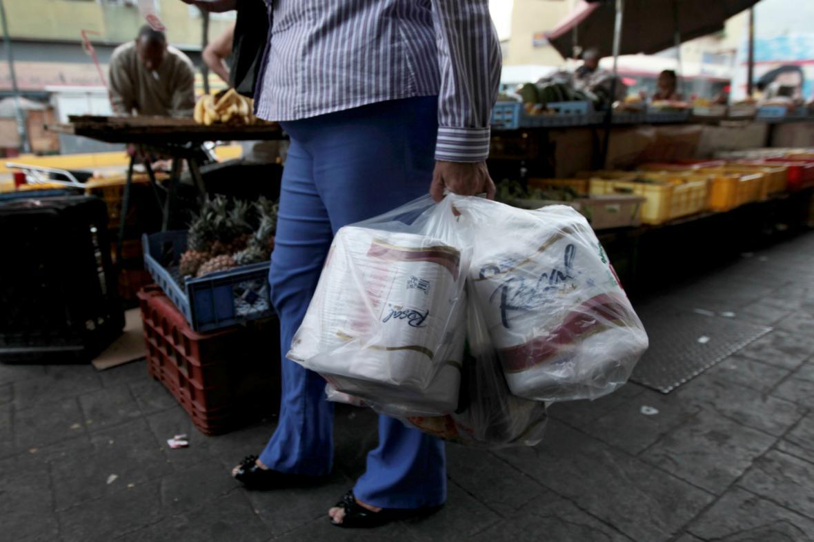 Venezuelané skupují poslední role toaletního papíru