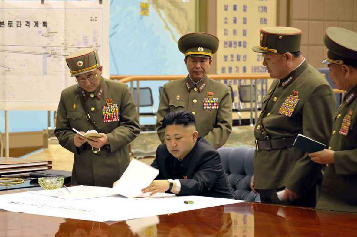 Kim Čong-un na schůzce s vrchními představiteli armády