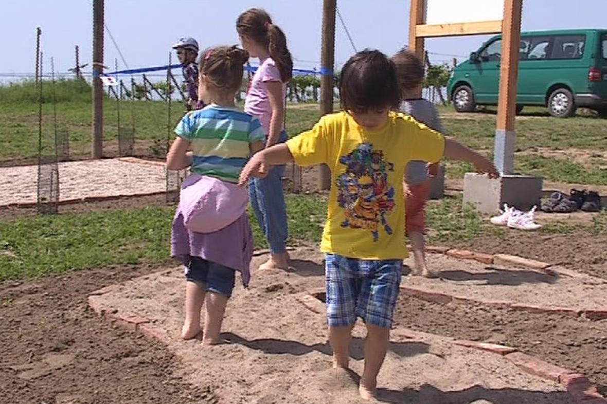 Stezku pro bosé otestovaly také děti