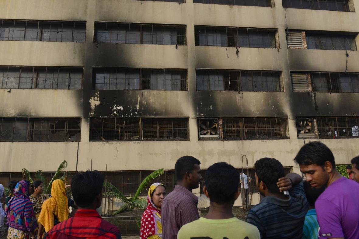Požár továrny na textil v Dháce