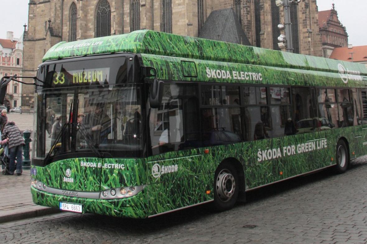 Hybridní autobus Škoda H12 začal jezdit v centru Plzně