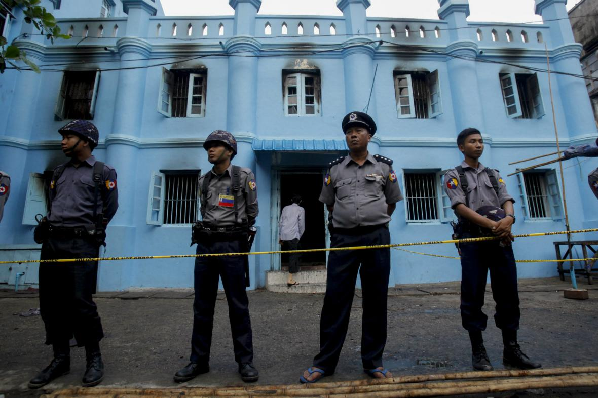 Barmská policie hlídá vyhořelou školní budovu